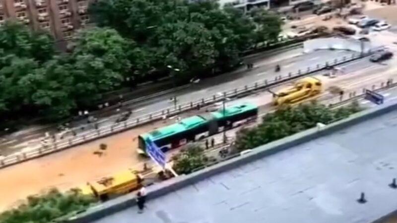 传郑州隧道拖出双节公交车 遇难人数被质疑(视频)