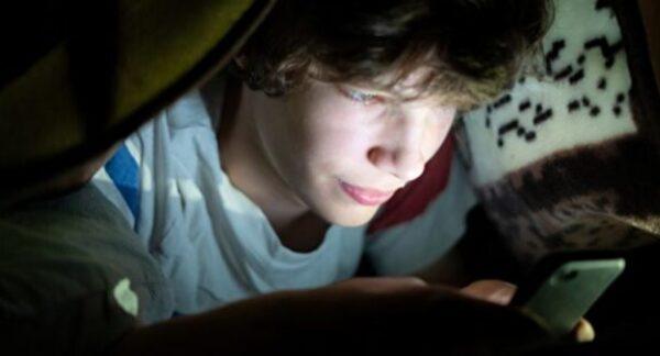 睡前玩手机 影响学生睡眠导致注意力下降