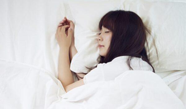 睡前1个最佳动作 放松全身筋膜、助入眠