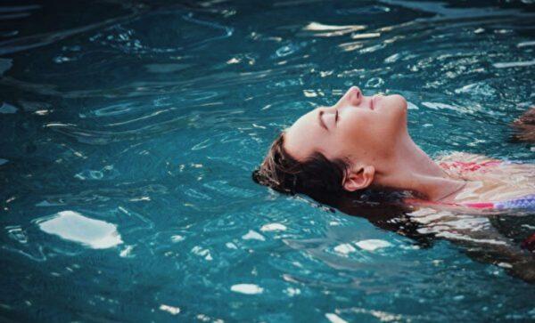 为什么在洗澡和游泳时 不要戴隐形眼镜?