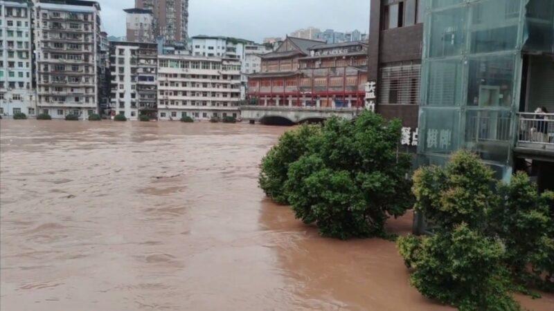 四川遭暴雨襲撃12萬人受災 多艘船被沖入湍急瀑布