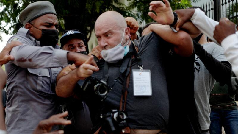 报导古巴反共产极权活动 国际记者遭警察暴打