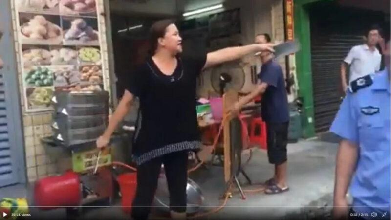 警察執法如殺人 廣東女提雙刀嚇跑城管(多視頻)