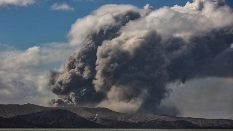 菲律宾塔尔火山喷发 致毒雾霾弥漫居民逃离家园