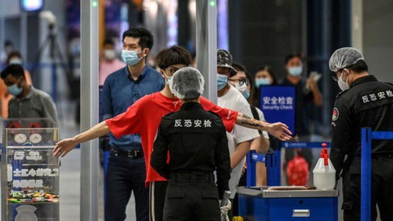 中国民众出国难 网传有护照机场被剪