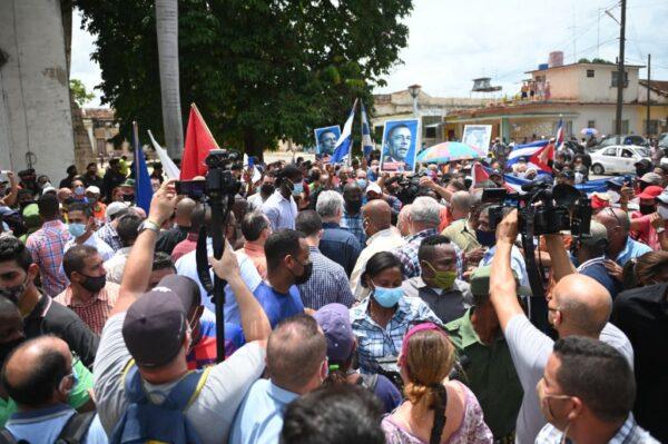 """罕见古巴人上街头抗议  高呼""""独裁下台"""""""