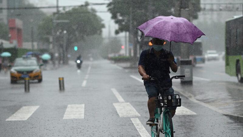 中国多省暴雨 一天取消4432架航班 北京发两预警