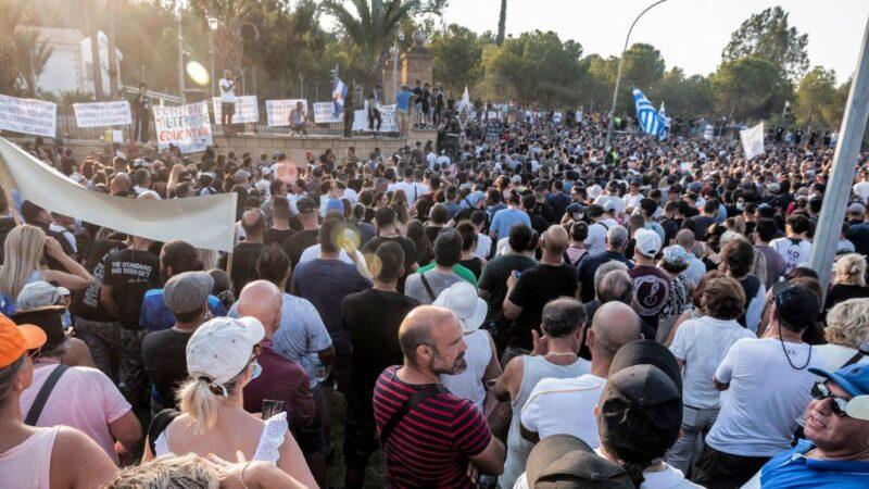 不滿防疫令 塞浦路斯群眾包圍總統府攻擊電視台