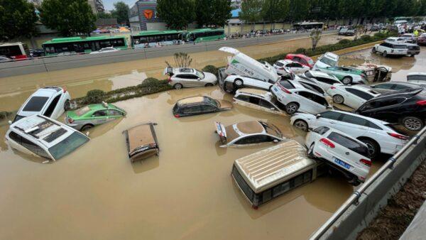 屍橫馬路 鄭州洪水後汽車堆積隧道「車裡都有人」