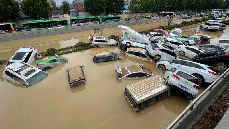 鄭州水庫泄洪無預警 市民實拍路上水位突然暴漲
