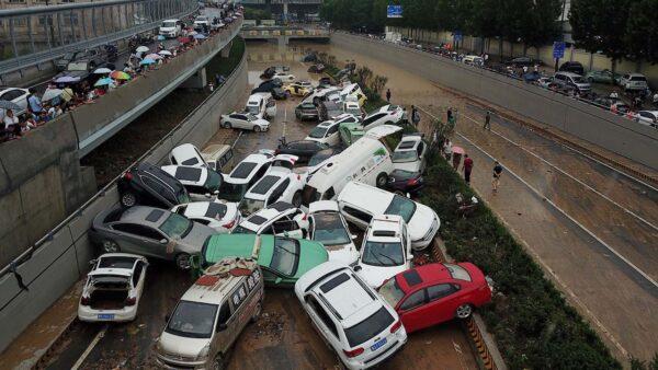 视频:郑州隧道灌水时正堵车 逃生者曝5分钟灌满