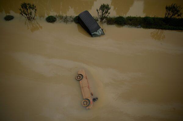 河南鄭州洪災未停,河南省安陽、新鄉也遭遇洪災。圖為7月22日河南鄭州洪水中的汽車。(NOEL CELIS/AFP via Getty Images)