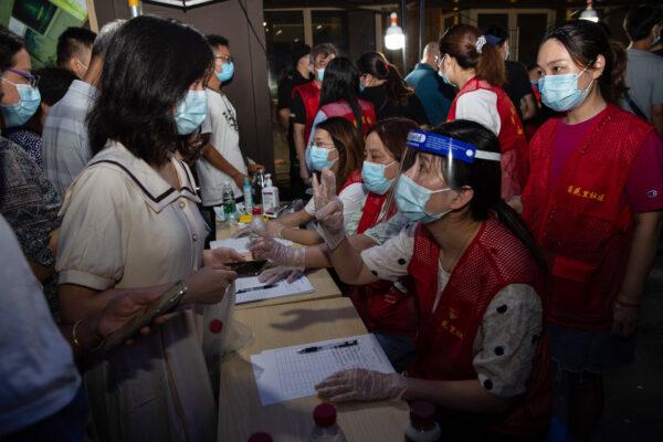 图为7月21日,南京市民排队做核酸检测。(STR/AFP via Getty Images)