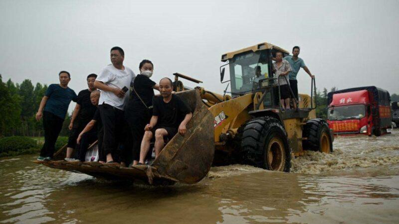 郑州官称56死5失踪 网上寻亲人数远超此数据