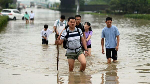 河南57岁大妈躲冰柜逃生 洪水中漂浮17小时