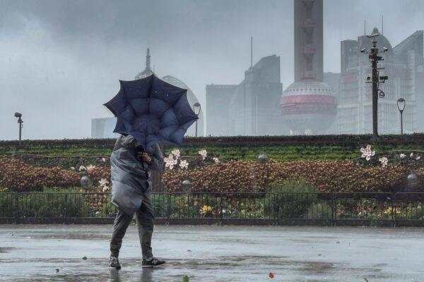 """台风""""烟花""""在浙江再登陆 上海36.2万人被转移"""