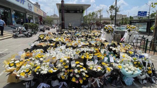 郑州地铁5号线遇难者头七 家属在沙口路站祭奠