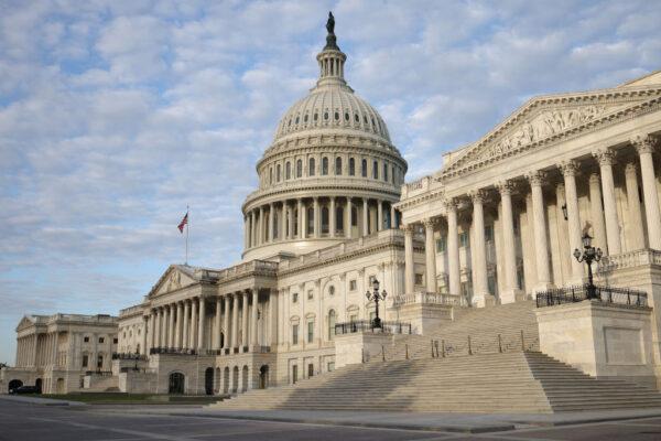 美参众院通过短期拨款法案 避免政府午夜关门