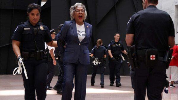 闯禁区示威  美国国会黑人核心小组主席被捕