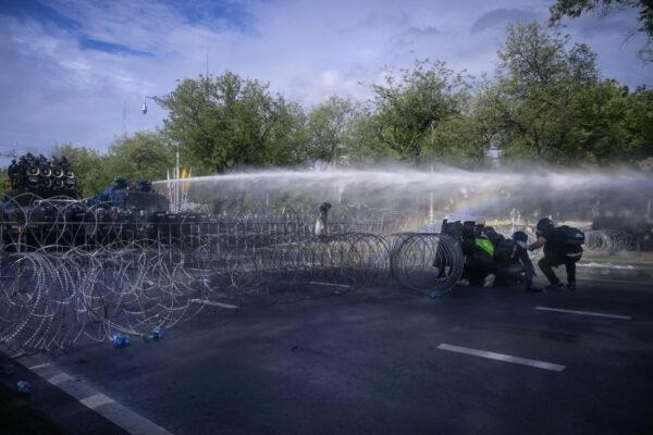 泰國疫情嚴峻 曼谷爆示威 警動用水砲催淚彈驅散