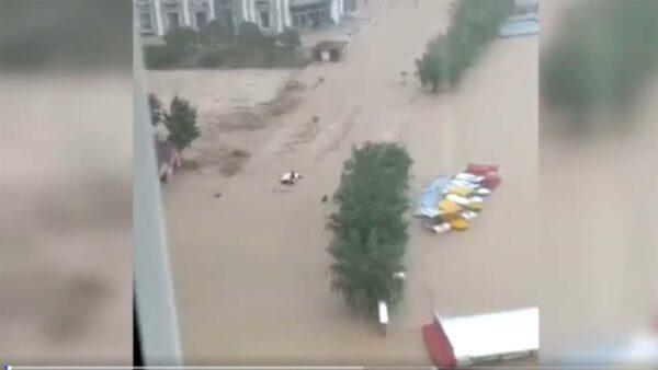 郑州水库无预警泄洪14小时 民众质疑洪灾是人祸