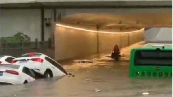 河南信阳大暴雨 火车站淹没现百米都市瀑布(视频)