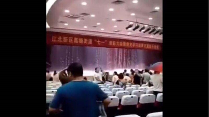 """暴雨之下 南京江北区政府礼堂秒变""""水帘洞""""(视频)"""