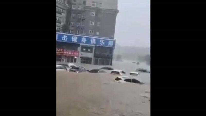 郑州暴雨创纪录 全城变汪洋 地铁内水没胸(多视频)