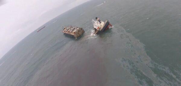 近4萬噸貨船日本觸礁 船身斷兩截漏油綿延5公里