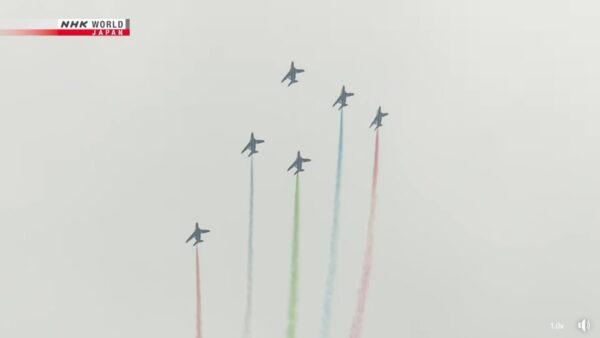 东京帕运喷彩烟 航空自卫队表演波及300辆车