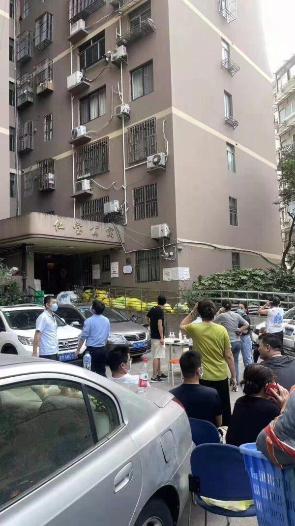 上海五官科醫院附近的陸家浜路的仁寶公寓出現醫護人員消毒場景。(網傳圖片)