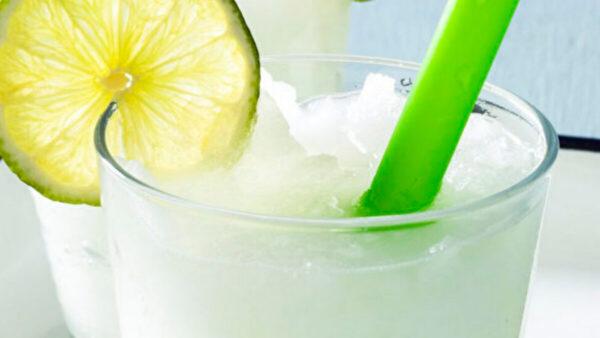 冰冻酸橙汁酸甜爽口 炎炎夏日户外饮品