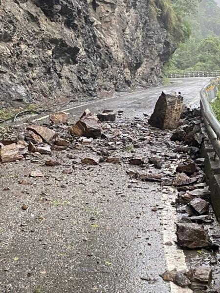 台灣東部地震和雨勢不斷 南橫多處落石