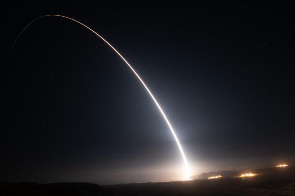 美军展示实力 发射洲际导弹击中6000公里外目标