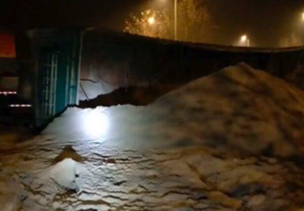 江西豐城發生交通事故致6人遇難,現場圖片顯示,裝沙車的沙子疑似倒出一半,小轎車已無蹤影。(網傳圖片截圖)