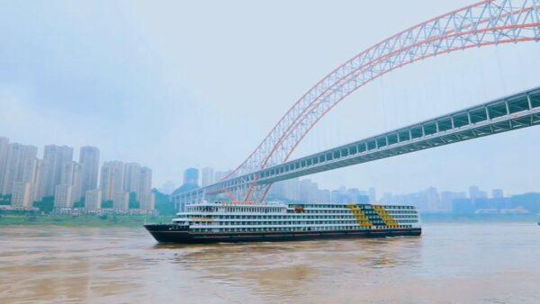 """一艘游轮在长江""""流浪"""" 因疫情无法靠岸"""