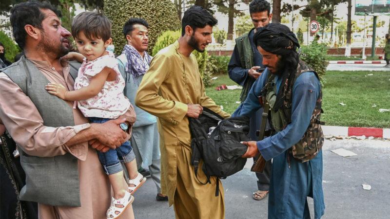 """塔利班没收武器 威胁女记者并搜寻""""反动派"""""""