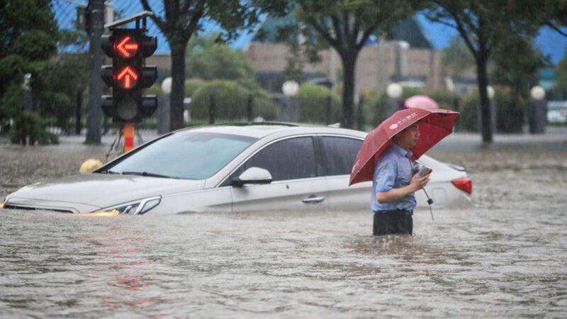 郑州遭遇新一轮暴雨 高架桥变停车场(视频)
