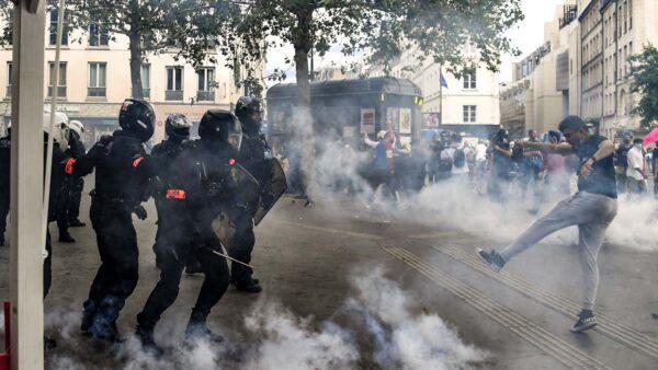 抗议健康通行证 法国上百城逾20万人上街
