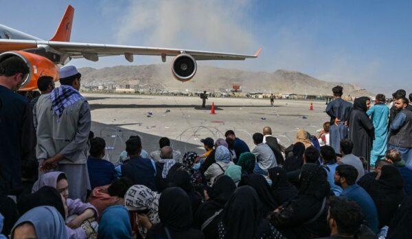 喀布尔国际机场混乱 阿富汗人徒手抓机酿悲剧