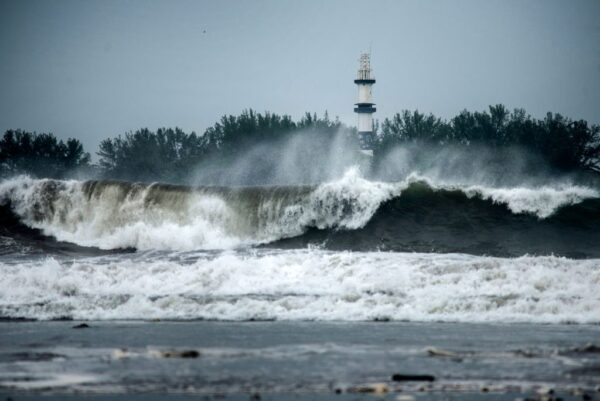 飓风葛瑞斯横扫墨东 亨利30年来首个登陆美东
