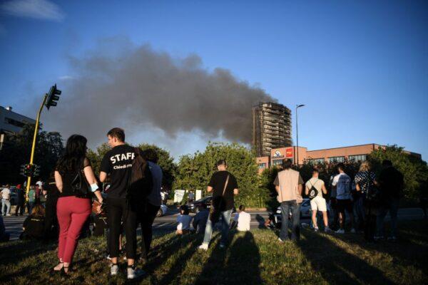 火焰吞噬米蘭20層高樓 外牆像奶油般迅速融化