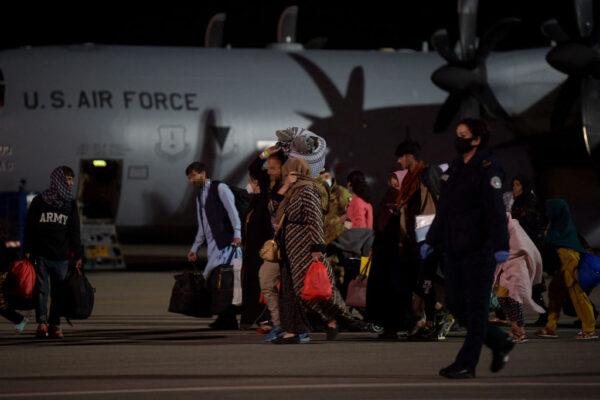 科索沃接收首批阿富汗難民 暫居美軍基地附近