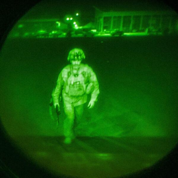 20年战争告终 美指挥官最后登机撤离身影曝光