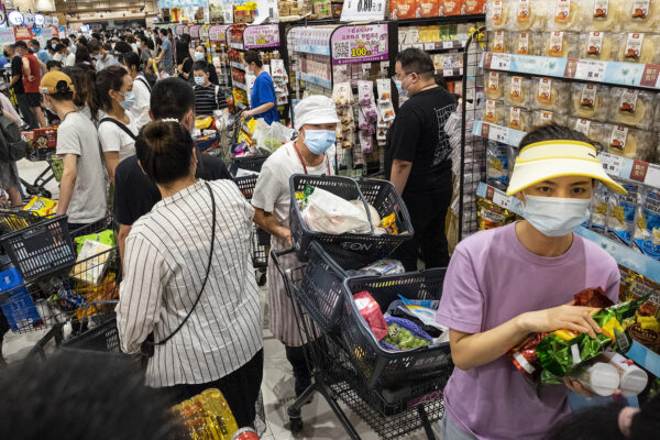 圖為8月2日,大批武漢市民在超市購物、囤積物資。(Getty Images)