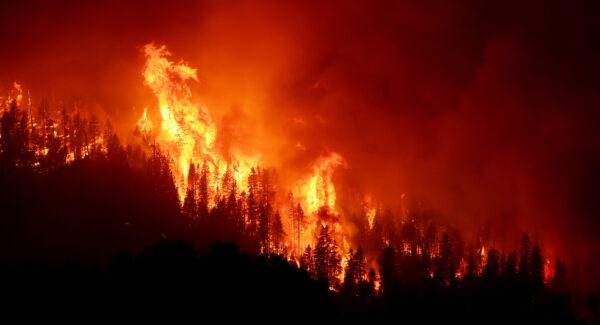 狂风吹动 美最大规模野火改向 逼近加州一城镇