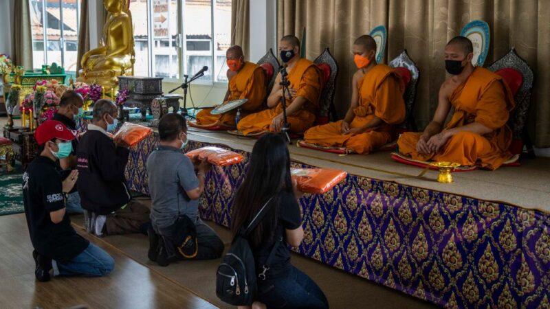 泰國染疫病故人數攀升 寺廟幫忙辦葬禮