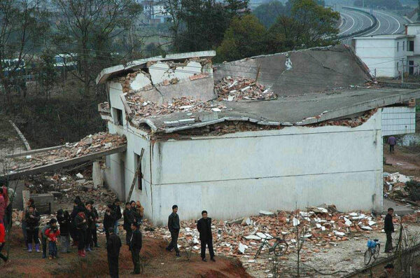 江西上饒3層民房坍塌致2傷 疑因液化氣罐爆炸