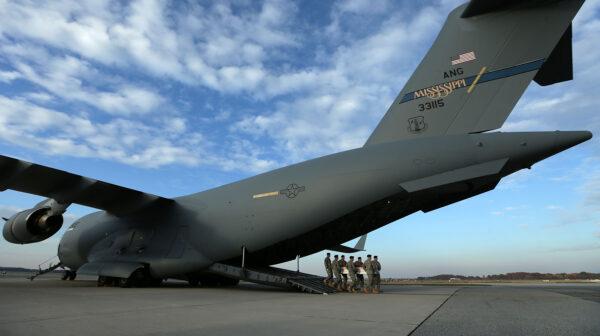 创纪录 美军环球霸王运输机一次载823人撤离