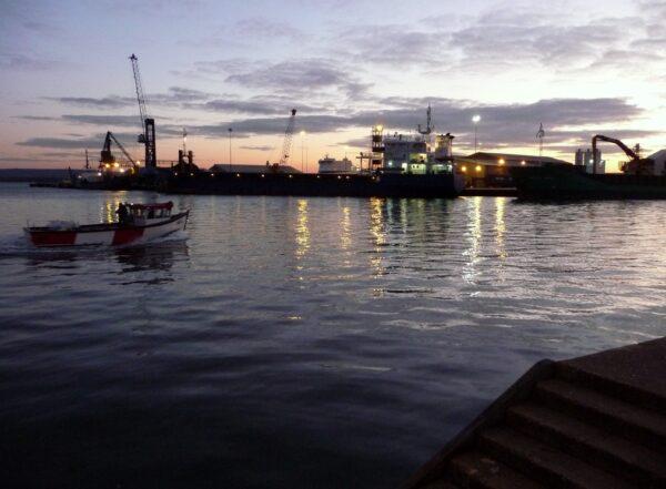 英18歲少年跳海勇救10名溺水童 自己卻沒上岸